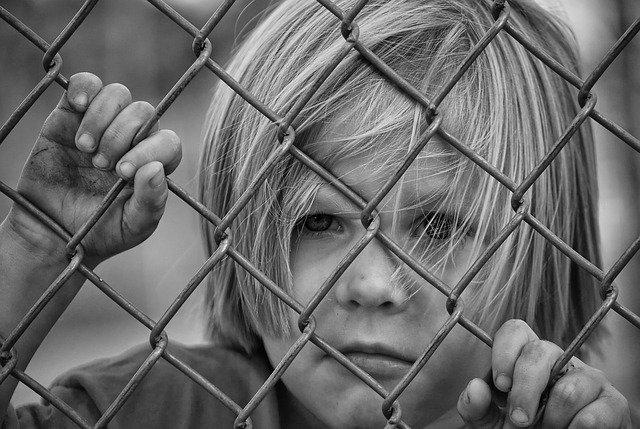 dítě za plotem