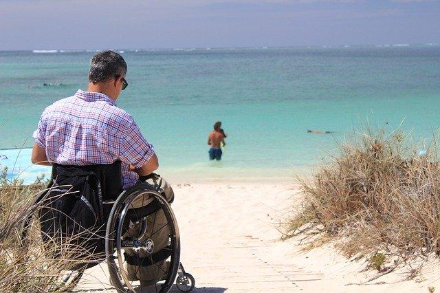 invalidní vozík na pláži
