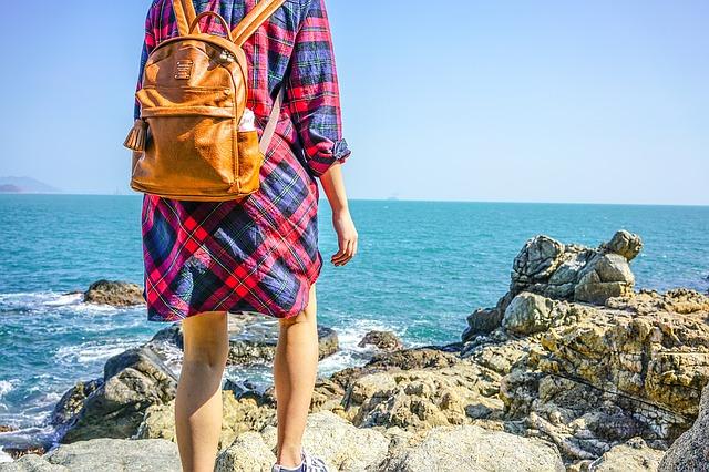 dívka s ruksakem