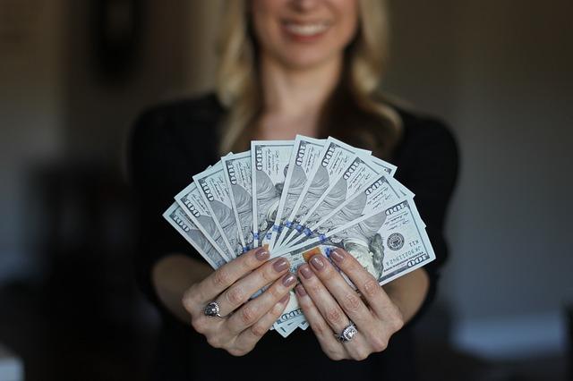 blondýna s penězi