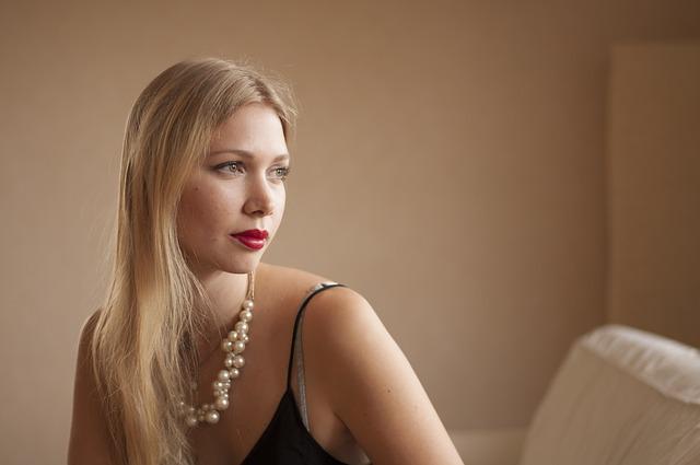 blondýna s náhrdelníkem