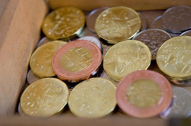 hromada českých mincí v šuplíku