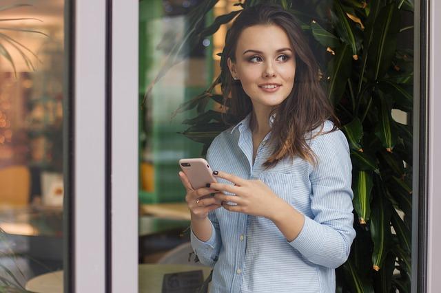 žena s chytrým telefonem