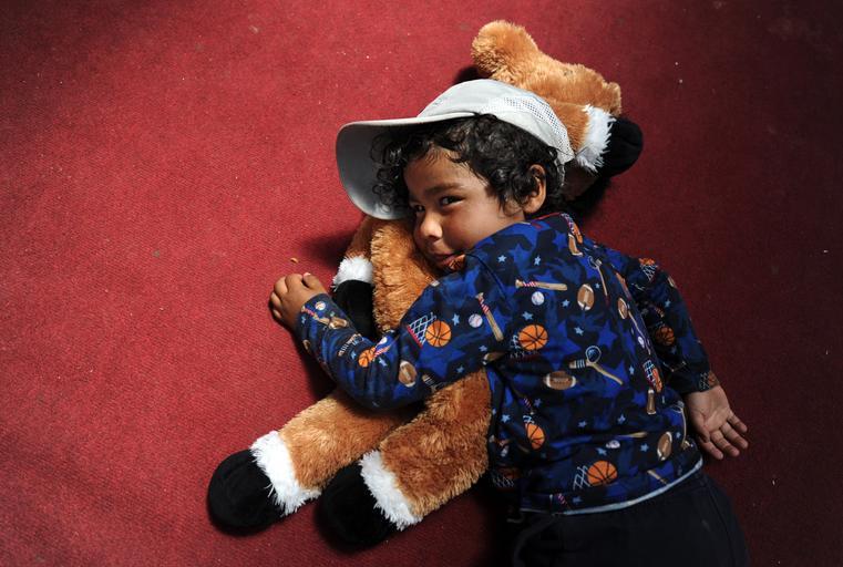 dítě s plyšákem