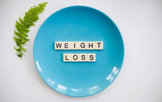 nápis na modrém talíři – weight loss