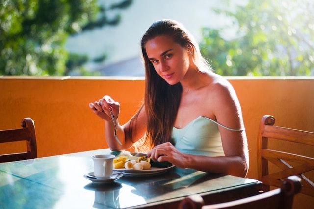 žena se zdravou snídaní