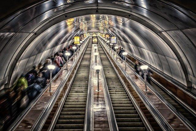 dlouhé jezdící schody v metru.jpg