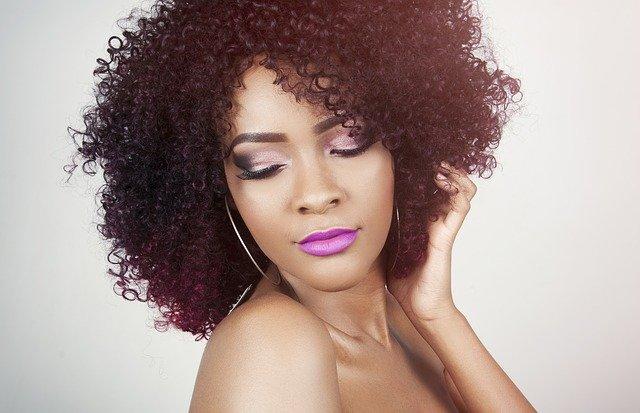žena s fialovými rty