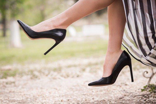 Žena v podpatcích